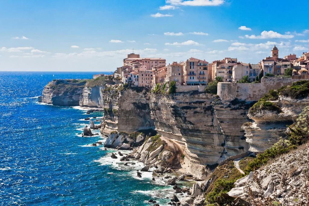 La ville de Bonifacio et les falaises
